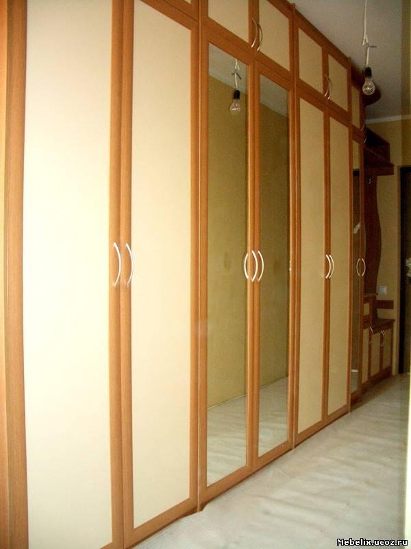Распашной шкаф для прихожей с зеркалом и тумбой.